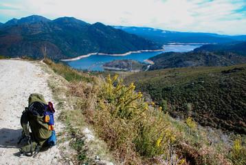 mochila de caminhada e paisagem ao fundo