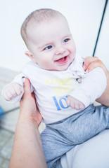 Bebé alegre