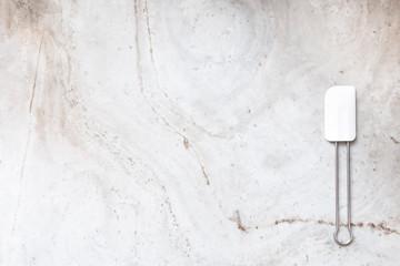 Teigschaber auf Marmorplatte
