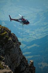 Helikopter liefert Transport ab