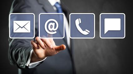 Geschäftsmann wählt E-Mail als Kontaktoption aus