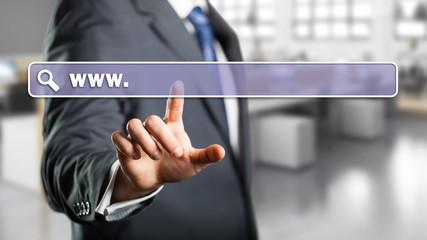 Geschäftsmann drückt auf virtuelles URL-Eingabe-Feld