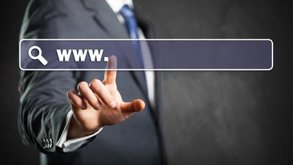 Geschäftsmann drückt auf Web-Adresse-Feld