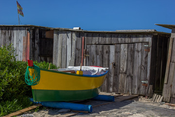 Barco verde e amarelo