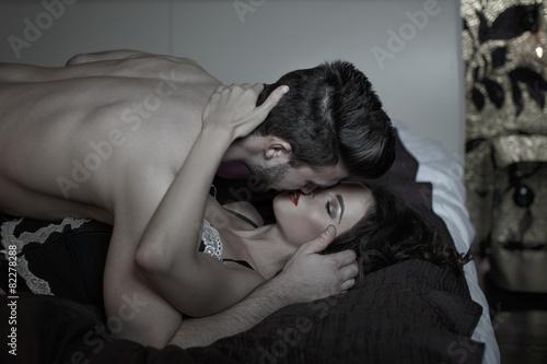 Домашний секс с страстной брюнеткой  173177