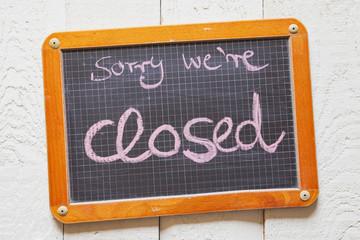 Kreidetafel mit Kreide-Handschrift, Sorry we're closed