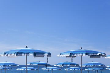 Italien, Ligurien, Mittelmeer, Sonnenschirme am Strand