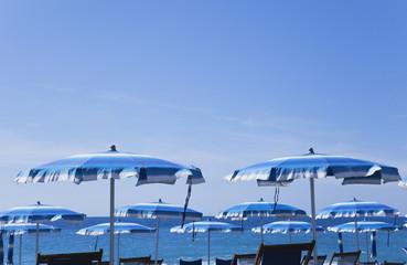 Italien, Mittelmeer, Sonnenschirme und Liegen am Strand