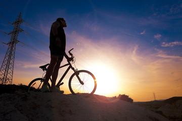 Deportes. Bicicleta de montaña y hombre.Deporte en exterior