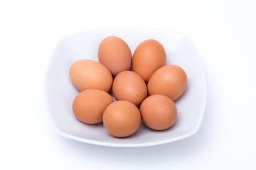 Piatto di uova di gallina su sfondo bianco