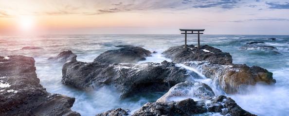 Japanisches Torii an der Küste