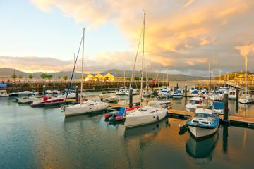 Grupo de barco pequeños en puerto deportivo