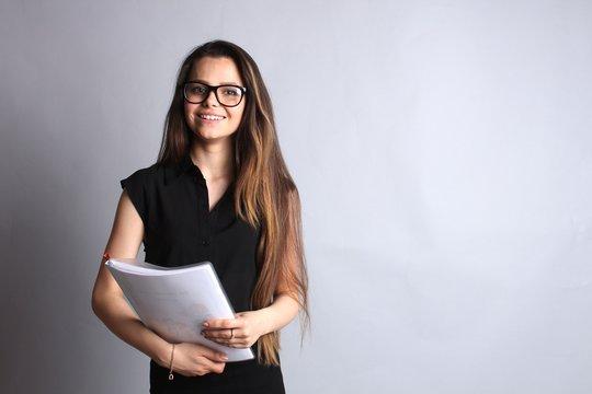 Девушка с папкой бумаг