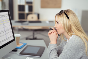 mitarbeiterin schaut auf computer