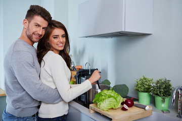junges paar kocht zusammen