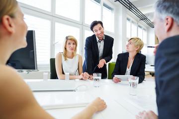 Team in Diskussion beim Meeting