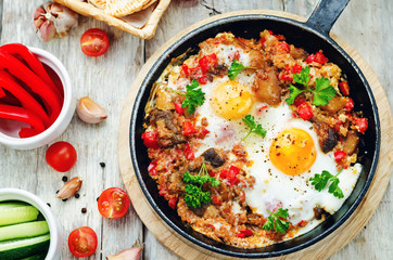 Foto op Canvas Gebakken Eieren fried eggs with peppers, tomatoes, quinoa and mushrooms
