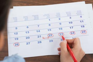 Fototapete - Person Marking On Calendar