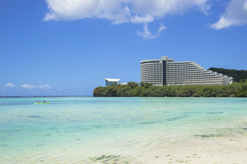 Fototapete - タモン湾のサンゴ礁とリゾートホテル
