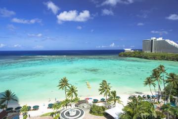 タモン湾のサンゴ礁とリゾートホテル