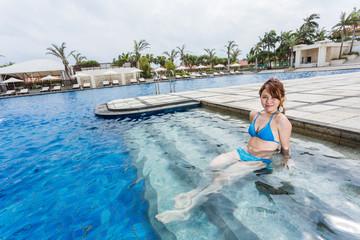 リゾートのプールで遊ぶ女水着性