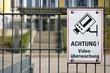 Hinweisschild auf Videoüberwachung am Zaun