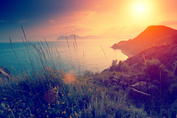 Foto op Aluminium Zee zonsondergang Beautiful sunset over rocky sea coast