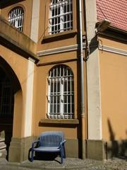 Blaue Bank im Hof einer ehemaligen Textilfabrik in Oerlinghausen