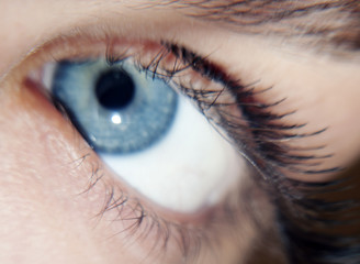 Occhio con ciglia finte