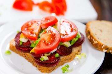 Sandwich mit gebratenen Wurstscheiben