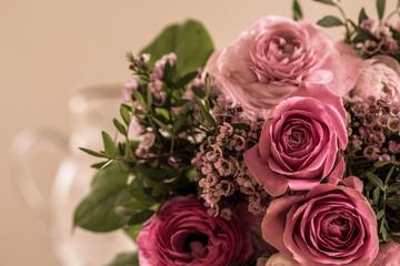 Ein Rosenstrauß im Marsala-Look