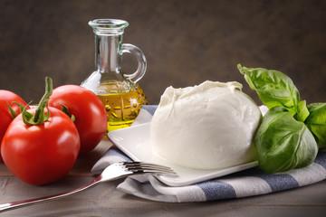 Mozzarella di bufala con pomodori, basilico e olio extravergine