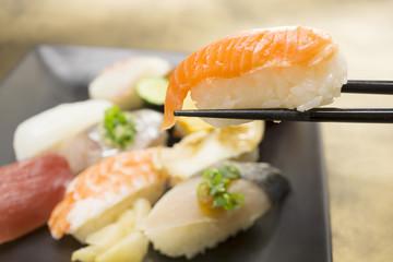 にぎり寿司 イメージ  箸でつまむ クローズアップ