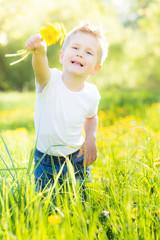freudiges kind in der wiese