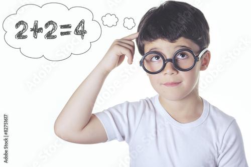 """""""niño listo pensando una suma """" Fotos de archivo e"""