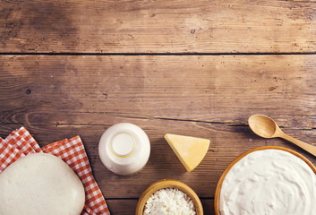 Poster de jardin Produit laitier Variety of dairy products laid on a wooden table background