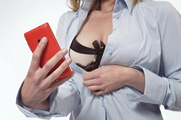 femme se photographiant en lingerie avec un smartphone