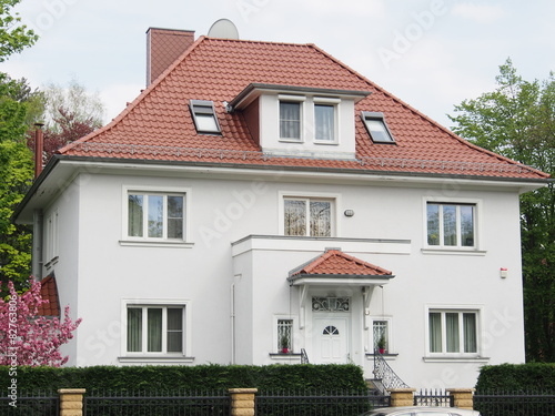 Gepflegtes Mehrifamilienhaus Mit Walmdach Stock Photo And