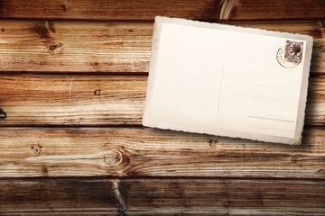 antica cartolina postale su fondo legno