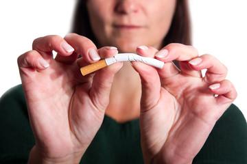 Frau biegt eine Zigarette , isoliert
