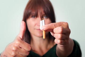 Daumen hoch für zerbrochene Zigarette