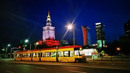 Obraz Tramwaj na warszawskiej ulicy wieczorem - fototapety do salonu