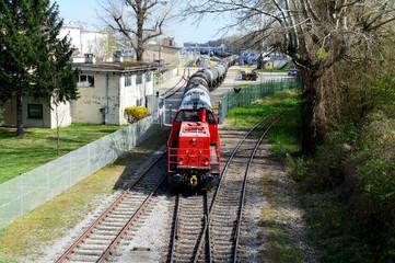 Diesellokomotive mit Kesselwaggons bei einer Rangierfahrt