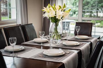 nakryty stół w jadalni