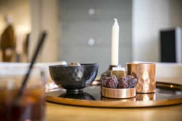 Dekoration am Tisch mit Schalen, Tablett und Datteln