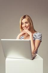 lächelnde junge frau mit laptop