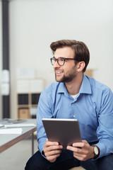 dynamischer mann im büro mit tablet-pc