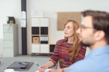 kreatives junges team unterhält sich im büro