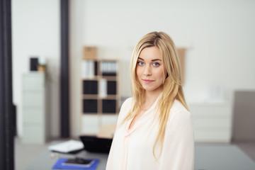 portrait einer jungen frau im büro