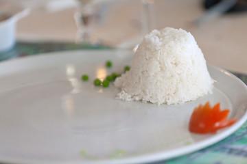 riz blanc dans une assiette